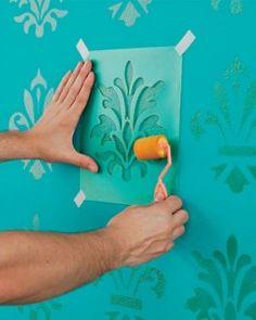 Fazer pintura imitando papel de parede.