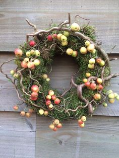 Straw wreath with moss, serpentine hazel and malus apples. Diy Spring Wreath, Diy Wreath, Door Wreaths, Holiday Wreaths, Christmas Decorations, Holiday Decor, Fireplace Garland, Straw Wreath, Deco Floral