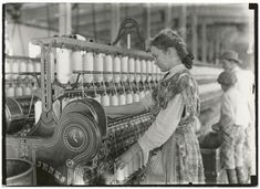 North Carolina Cotton Mill (circa Forms of child labor, including… Us History, American History, History Images, Vintage Photographs, Vintage Photos, Antique Photos, North Carolina History, South Carolina, Fotografia Social