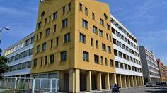 Sei piani, 56 appartamenti, 3 negozi 36 posti auto e 18 box. L'edificio faceva parte della galassia Ligresti, poi comprato da Asset (100% controllata Aler)