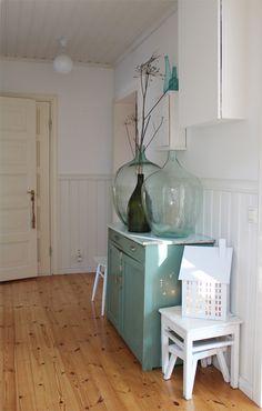 Hullaannu ja hurmaannu: Kurkistus kotiimme: Eteisen päivitystä Glass Vase, Home Decor, Decoration Home, Room Decor, Home Interior Design, Home Decoration, Interior Design