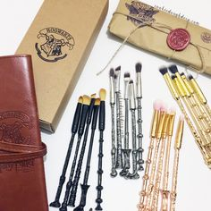 Makeup - Harry Potter Hogwarts inspired wand Makeup Brushes Brush Set (Brush Roll & Gift Wrap Options) Source by BitchingWitchingHour - Harry Potter Make-up, Bijoux Harry Potter, Harry Potter Brushes, Wand Makeup Brushes, Makeup Brush Set, Mascara, Eyeliner, Maquillaje Harry Potter, Make Up Brush