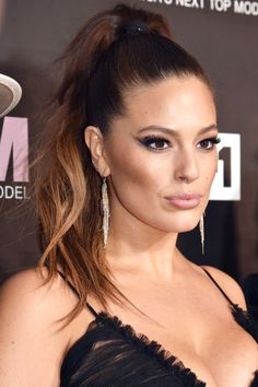 How to get Ashley Graham's sleek and wavy ponytail and her blue winged eyeliner at home: