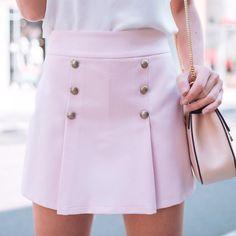 ✨ ✨. #shortsaia #cosalto #cinturaalta #botão Ref. Short Saia Leticia. Cores: rosa quartz, preto, telha, off.
