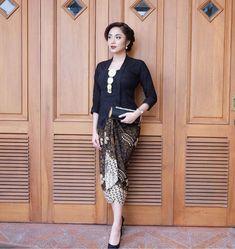 Image may contain: 1 person Kebaya Hijab, Kebaya Dress, Batik Kebaya, Kebaya Muslim, Batik Dress, Kimono, Kebaya Kutu Baru Modern, Kebaya Bali Modern, Kebaya Modern Dress