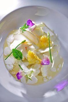 Chef Aurélien Poirot Langouste puce au Jasmin, copeaux de pomme de coco, fleur de courge et orchidée en friture