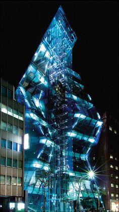 """Audi Forum Tóquio  Também conhecido como """"The Iceberg"""" (O Iceberg) é um edifício com uma estrutura de cristal único que foi projetado para refletir luz de todos os ângulos."""