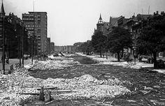 Het dempen van de Schie met puin van het bombardement, 28 mei 1940. Rechts zie je onder andere het Sint Franciscus Gasthuis.