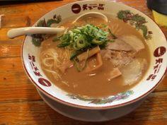 天下一品 こってりラーメン大盛り。  こってりどころが、ドロドロスープが特徴。麺に絡み付きますが、鶏ガラと野菜を使ってスープを作っているため、ポタージュの様に甘みがあって、ついつい飲み干してしまう一杯。    http://kyotonote.com/tenkaippin/
