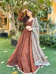Simple Pakistani Dresses, Indian Gowns Dresses, Indian Fashion Dresses, Pakistani Dress Design, Indian Designer Outfits, Pakistani Outfits, Stylish Dress Designs, Stylish Dresses, Wedding Lehenga Designs