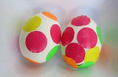 Huevos decorados con pegatinas. Y mira qué otras formas de decorar huevos de #pascua más bonitos en este blog @Carolina Krupinska Llinas @BabyCenter en Español
