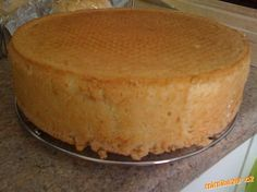 8zloutku a cukr moucku umixuju do peny do ktere nastrouham citronovou kuru a dam extrakt zamixuju a ...