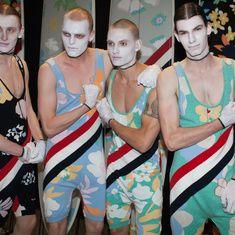 Disséminés par l'oeil aguerri de Sarah Burton, les ancres marines et autres motifs façon tatouages éclairent les silhouettes de ces sailors londoniens, capturés sous l'objectif du photographe Jason Lloyd-Evans quelques instants avant le début du défilé.