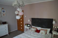 Romantyczna sypialnia w odcieniach szarości i brudnego różu