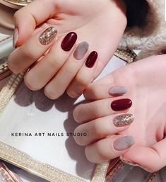 Semi-permanent varnish, false nails, patches: which manicure to choose? - My Nails Burgundy Nails, Red Nails, Cool Nail Designs, Acrylic Nail Designs, Nail Design Gold, Nails Design, Ongles Beiges, Acryl Nails, Gold Glitter Nails