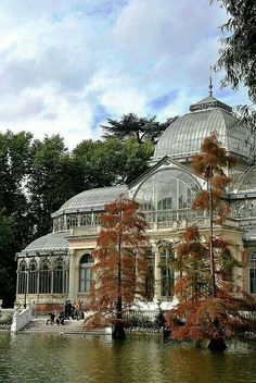 Palacio de Cristal in Buen Retiro Park, Madrid.- Beautiful photos that will make you want to visit Madrid, Spain Places Around The World, Oh The Places You'll Go, Places To Travel, Places To Visit, Around The Worlds, Beautiful Architecture, Beautiful Buildings, Beautiful World, Beautiful Places