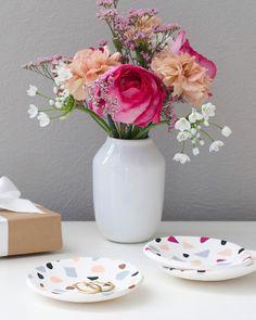 Ciotola decorata con piastrini in FIMO per la Festa della mamma Terrazzo, Vase, Home Decor, Fimo, Paper Scraps, Original Gifts, Creative Crafts, Tips And Tricks, Bijoux