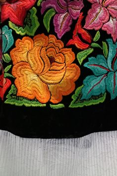 Detalle de bordado a mano, falda selección Shkaála de Micaela.