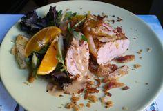 Cerdo al horno con dos salsas y viruta de yuca.