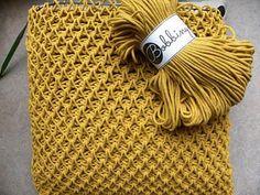 Tunisian Crochet Smock Stitch, een prachtige steek en een echte hype! We hebben er een leuk stoer kussen mee gehaakt, met het garen: Bobbiny.Het is een 100% Katoen, dik garen, dikte draad is 3 mm.Ik heb een tunische haaknaald dikte 9 gebruikt, met een draad van 60cm, die je er aan kan schroeven. 1 streng is 300 gram - 100 meter.