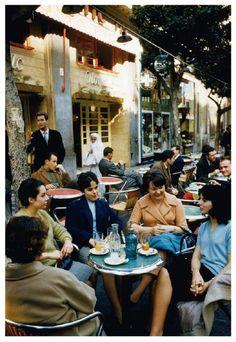 1960 - Students in a downtown terasse-café (Algiers, Algeria) Antique Photos, Vintage Photos, Outdoor Cafe, African Countries, Ancient Romans, Conte, Vintage Photography, Historical Photos, Bled