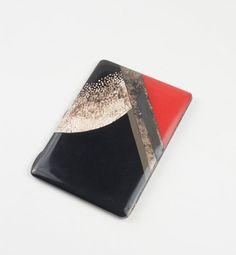 Paul-Emile BRANDT (1883-1952) Etui à cigarettes en métal à corps rectangulaire entièrement laqué, deux faces de laque rouge et noir rehaussé de feuilles d'argent et d'incrustation de coquille d'oeuf -… - Le Brech & Associés - 22/11/2014