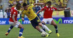 James Rodríguez elude a los jugadores chilenos #7 Alexis Sánchez y Arturo Vidal. #EliminatoriasBrasil2014    Colombia 3 - Chile 3.