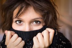 Shooting kameliya   #portrait #femme #couleur #shooting #photo #pull # froid #mains #regard #yeux #brune #naturel