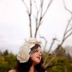 Novia luciendo uno de los preciosos tocados de  loganatocados. Fotografía   www.pepeluquefotografo 63b67182125