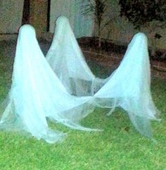 Dancing Ghosts, Trina Encinas and Carrie Sparks made these creepy floating… Outdoor Halloween, Halloween Ghosts, Halloween House, Baby Halloween, Halloween Crafts, Halloween Ideas, Halloween Stuff, Diy Ghost Decoration, Halloween Front Door Decorations