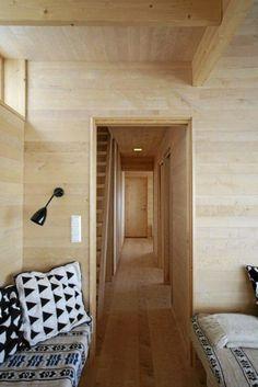 SMAL GANG. Fra stuen mot gangen. Hytten er lang og smal og hver millimeter er utnyttet. Door Handles, Cottage, Cabin, Places, Small Houses, Homes, Design, Home Decor, Board