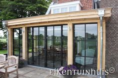 Eiken veranda. Raamwerken zwart gelakt. Plat dak. Frans eiken hout. Leuk voor in de tuin. Zomers lekker genieten. Bungalow Extensions, House Extensions, Outdoor Kitchen Patio, Outdoor Living, Tienda Natural, House Extension Design, Gazebo Pergola, Enclosed Porches, Forest House