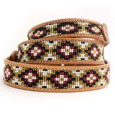 Die handgearbeiteten Perlenhalsbänder sind in wunderschönen Farben erhältlich!  Bei Halsband Mayan wurden schimmernde, goldene Perlen verwendet in Kombination mit weiß, rot, und schwarz.