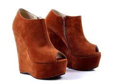 Lévne dámské kotníkové boty - nejširší výběr dámské obuvi. Dámské boty. V sortimentu kotníkových bot v internetovém e-shopu  najdete více než 200 stylů dámských kotníkových bot. Dámské kotníkové boty. Vyberte si trendy dámské kotníkové boty! Máme nejširší nabídku kotníčkové obuvi: na platformě, na klínu, na šněrování, kovbojské, klasické, motorkářské. Cosmopolitus.Com dámská obuv, dámské boty - na platformě, na klínu, na šněrování, kovbojské, klasické, motorkářské. www.cosmopolitus.com