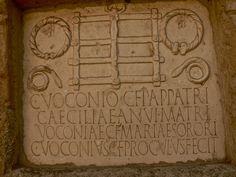 Inscripción funeraria de los Voconios adornada con torques y otras muestras de poder.