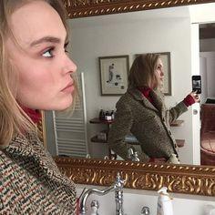 """今季トレンドの""""グラニー柄""""を、ツイードジャケットで取り入れたリリー・ローズ。インに着たリブニットと色を合わせて、ウォーミーなマニッシュスタイルを完成。"""