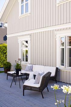 Jotun har 72 varig vakre utendørsfarger for hus, mur og uterom. Fra lyse og beige nyanser, over mot brunt, blått og grått og videre til en rekke grønne, gule og røde fargetoner. Beige House Exterior, Paint Colors For Home, Victorian Homes, Home Fashion, House Painting, Terrace, House Ideas, New Homes, Patio
