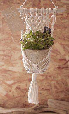 Macrame/macramé 『MACUTAPE!』マクタペ Tapestry hanger タペストリーハンガー Macrame Design, Macrame Art, Macrame Projects, Macrame Knots, Wall Plant Hanger, Macrame Plant Hangers, Hobbies And Crafts, Diy And Crafts, Easy Diy Gifts