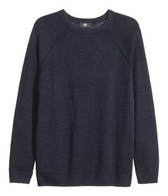 PREMIUM QUALITY. Fine-knit sweater in linen with a slight sheen. Long raglan sleeves and ribbing at cuffs and hem.
