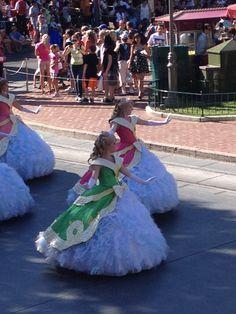 Vestidos de princesas acompañando la carroza de algunas de las princesas favoritas de Disney #disneyland #disneyparks #ladodisney #disneyside #disneyfashion