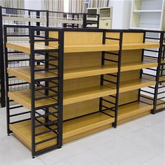 Cozy oak and metal shelving for your cozy home Retail Display Shelves, Shop Shelving, Shop Storage, Supermarket Shelves, Supermarket Design, Retail Store Design, Design Industrial, Pharmacy Design, Store Layout