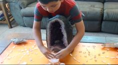 Cet enfant de 8 ans utilise une grille de cristaux pour transformer l'énergie négative et explique comment ça fonctionne.