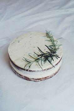 naku porkkanakakku / naked cake + rosemary.