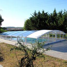En attendant la canicule, on profite de la fraîcheur matinale avec cet abri de piscine semi-haut ARTECH MEDYO installé dans le vignoble charentais.