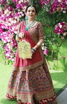 Neeta Ambani looked gorgeous in this Manish Malhotra lehenga! Indian Wedding Gowns, Indian Bridal Lehenga, Indian Bridal Wear, Wedding Dresses, Manish Malhotra Bridal, Manish Malhotra Lehenga, Sabyasachi, Brides Mom Dress, Mother Of Bride Outfits