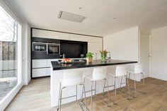 Keuken met kookeiland en nis als extra werkblad en voor apparaten