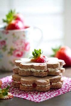お花の形にくり抜いたサンドイッチを重ねて、ケーキ風に。生クリームをトッピングすれば、まるでスイーツのようなサンドイッチに。