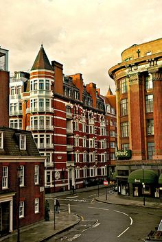 London neighborhood, pricey place to be but if I had the quid, I would total love to live in Londontown.