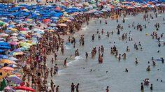 Badegäste in Benidorm - eines der Top-Ziele bei britischen Spanien-Urlaubern.