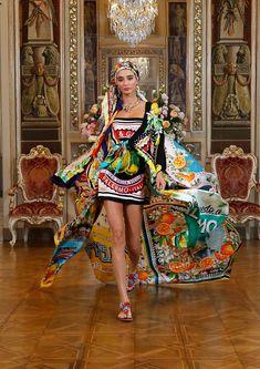 Slim Aarons, Next Fashion, Fashion Show, High Fashion, Fashion Bubbles, Haute Couture Looks, Collection Couture, Style Classique, Vogue Paris